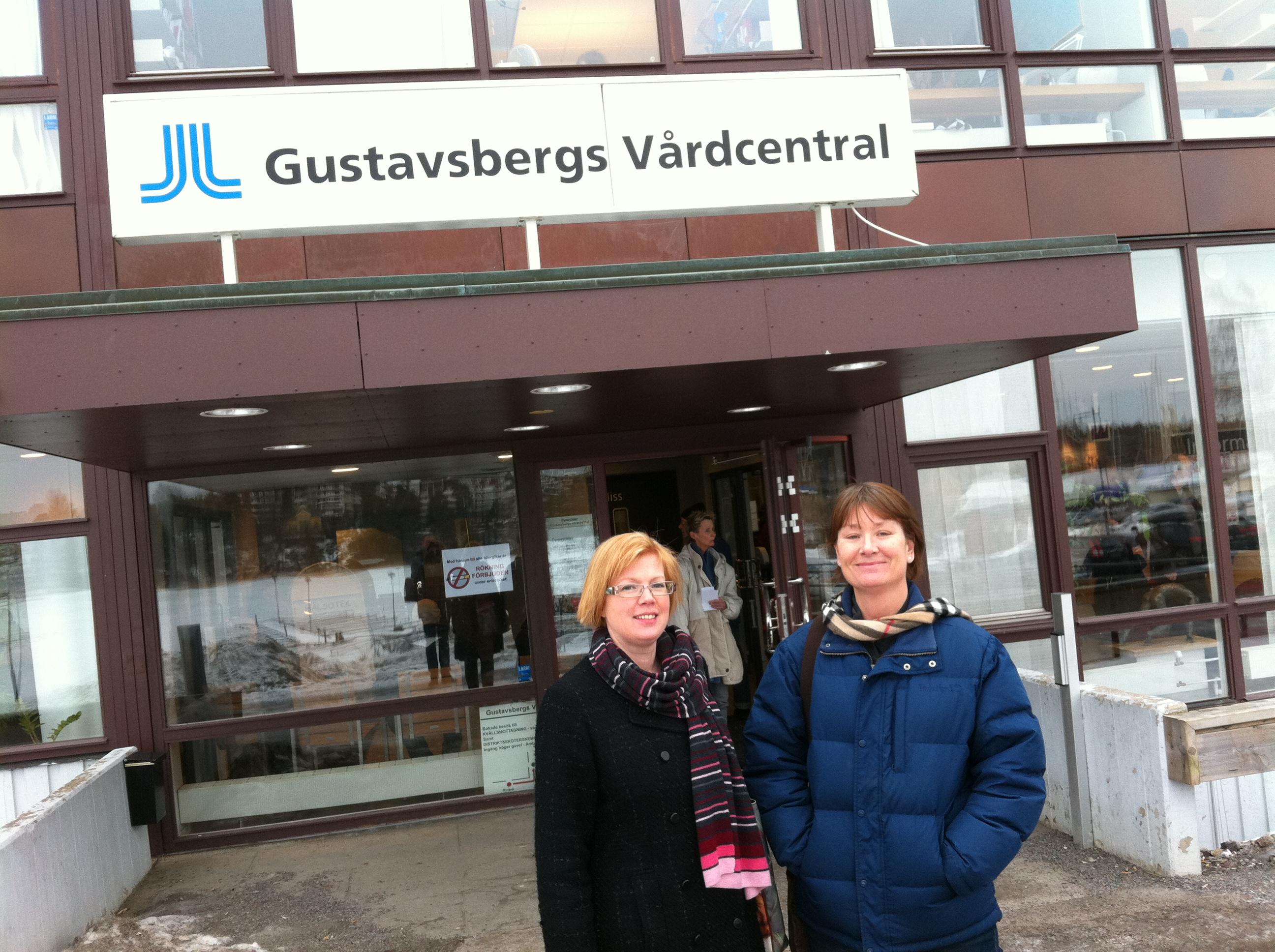 Utanför Gustavsbergs vårdcentral tillsammans med verksamhetschefen Kersti Ejeby.