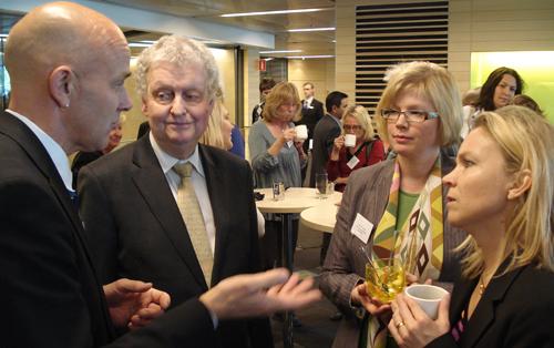 Landshövding Per Unckel, jag och landstingsrådet Charlotte Broberg diskuterar med Evert Kroes från SLL Tillväxt, miljö och regionplanering.