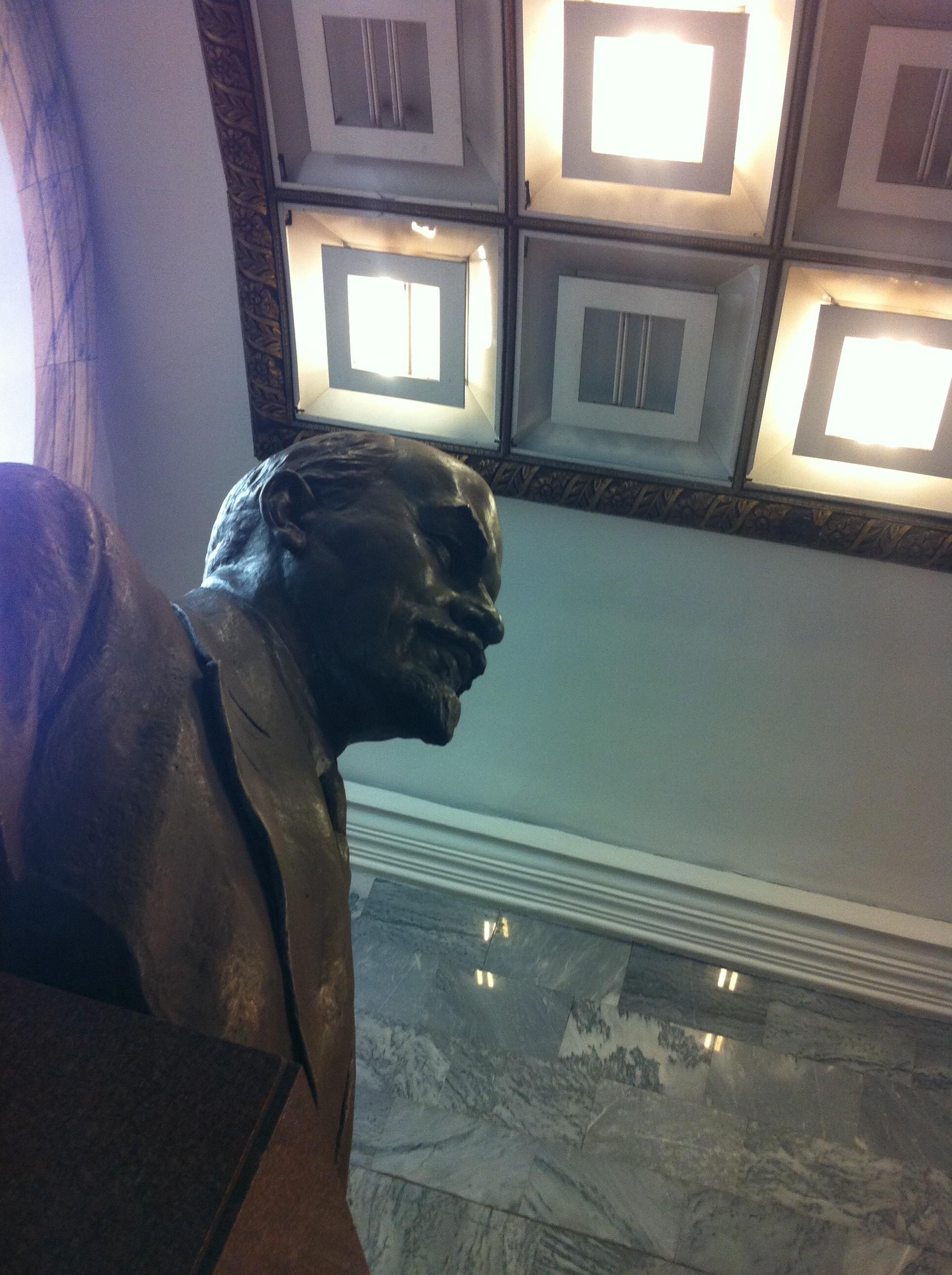 Lenin i storformat tittar strängt ut över perrongen