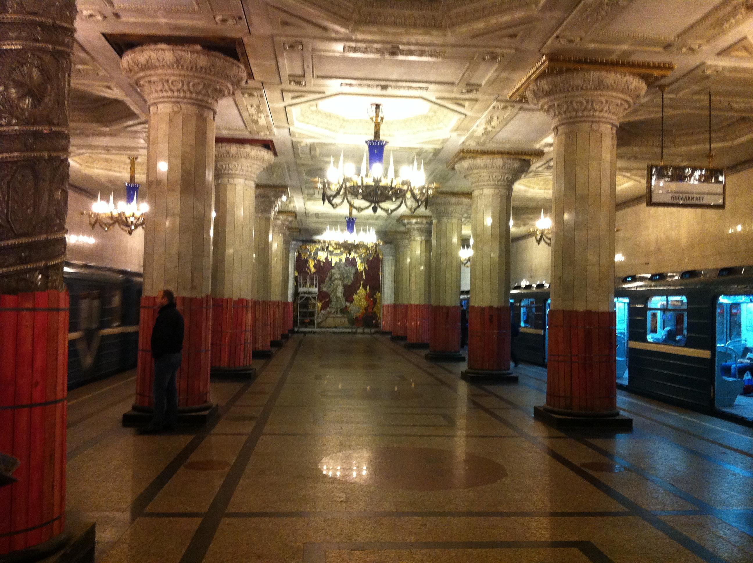 Ett av St Petersburgs palats? Nej, en t-banestation!