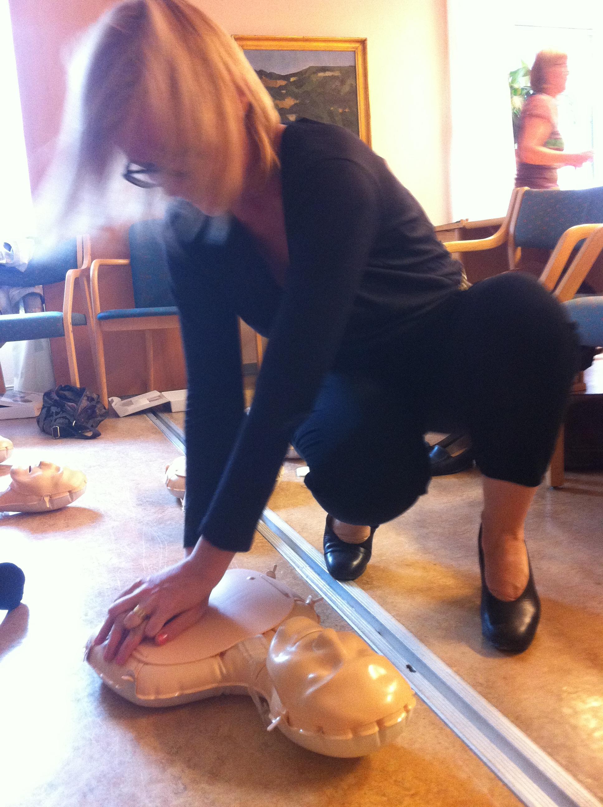 Jag ger dockan Mini-Anne hjärt-lungräddning och snart vore hon på benen igen om hon haft några. (Dockan har bara huvud, hals och bröstkort)