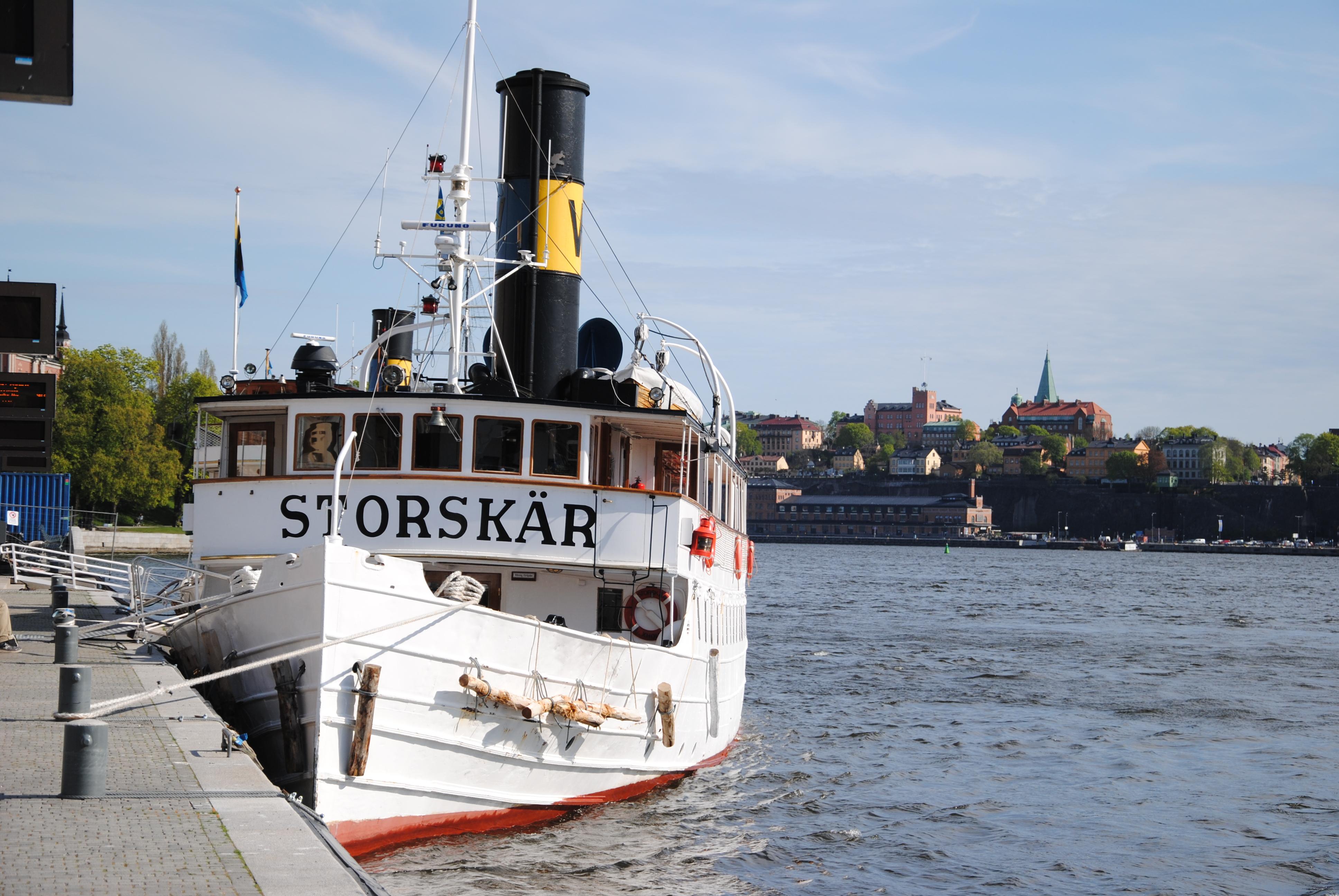 Den drygt hundraåriga skönheten Storskär ligger vi kajen i stan och väntar på att få göra ännu en av sina många turer ut i Stockholms vackra skärgård. En klassisk Stockholmscen som vi ska vara rädda om.