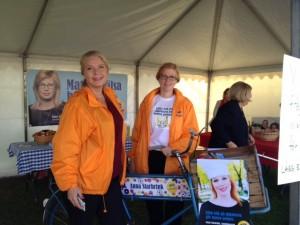 Jessica Ericsson och jag vid min fina kampanjcykel. Vi bjöd på äpplen och prat om mat.